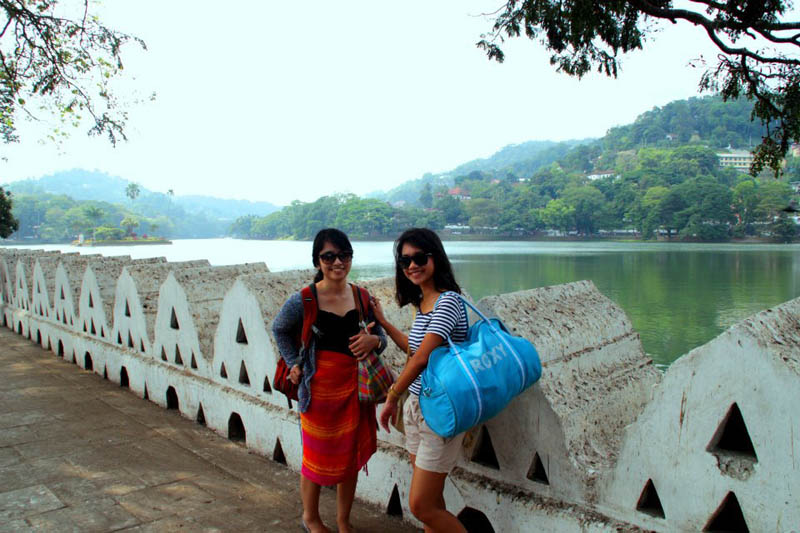 Berpose di Kandy Lake.
